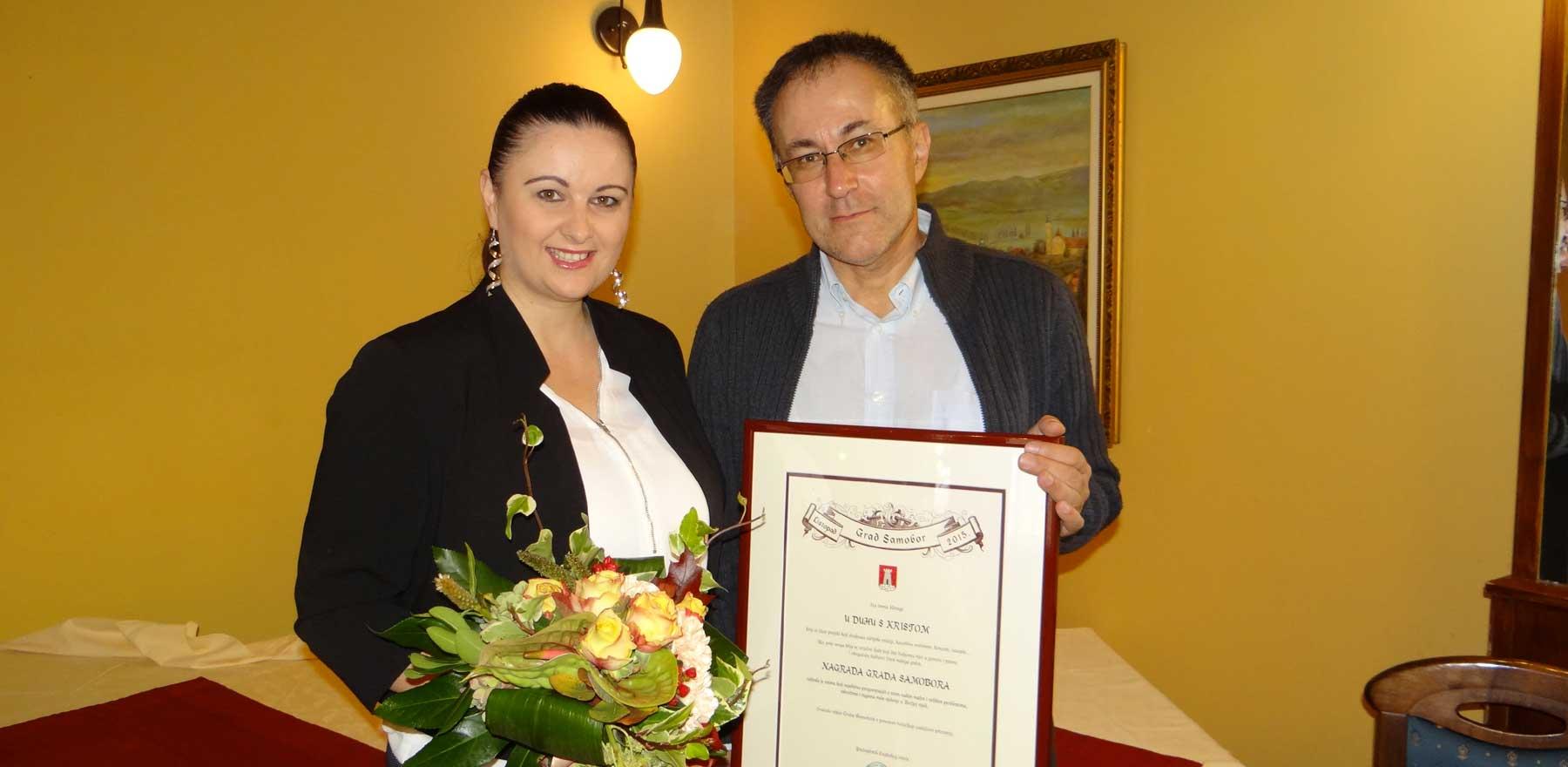 Silvija Blažević i Edi Kirschenheuter sa Nagradom garda Samobora